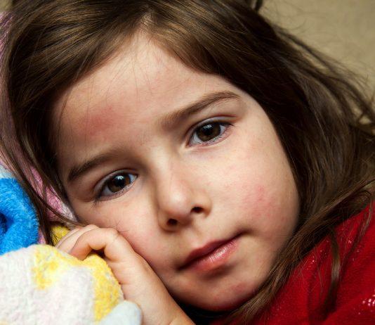 Blutvergiftung erkennen: Mädchen guckt verträumt und traurig