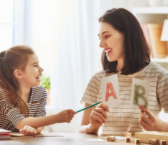 Mama lernt zusammen mit ihrer Tochter