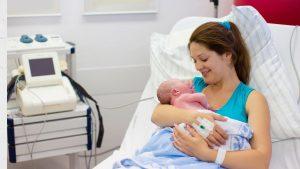 Mama mit neugeborenem Baby im Krankenhaus
