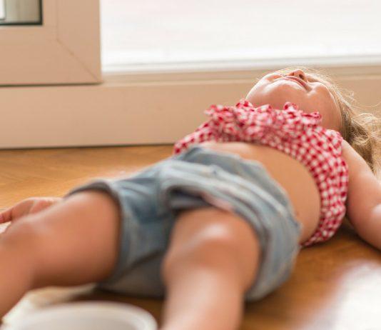 Autoaggression beim Kind: Kleinkind auf dem Boden