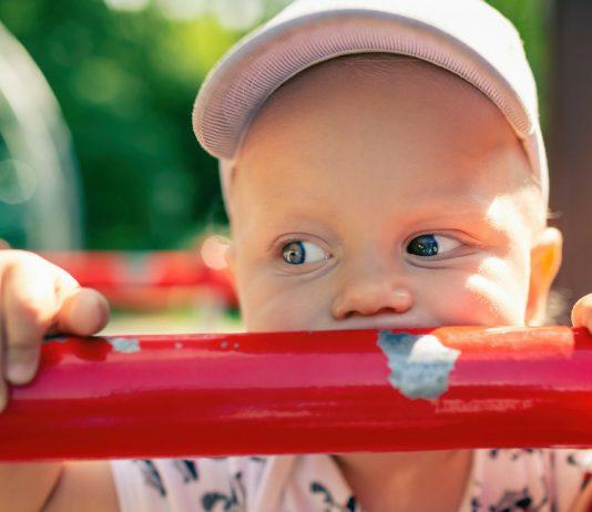 Kleinkind auf dem Spielplatz