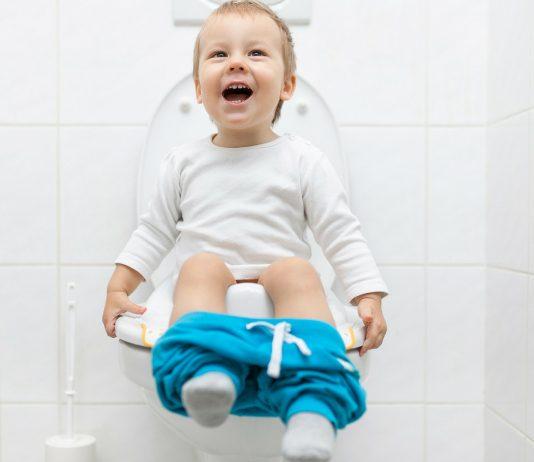 Kleiner Junge sitzt auf der Toilette