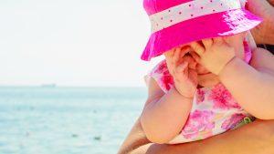 Kleinkind in der Hitze am Strand