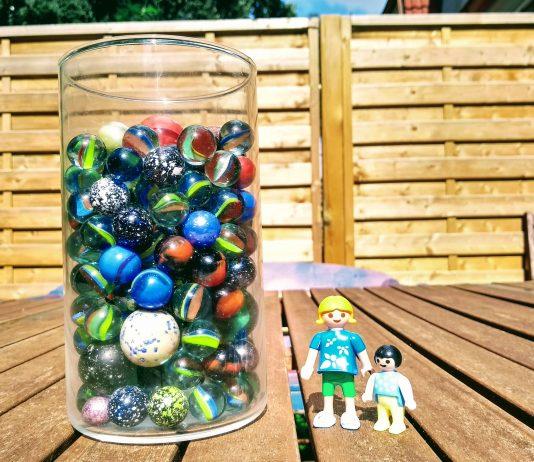 Glas mit Murmeln