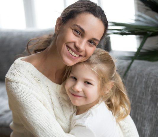 Studie: Mamas von Mädchen sind hübscher – und das soll der Grund sein.
