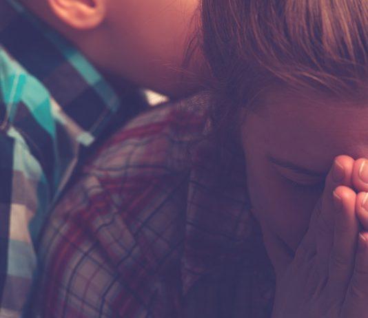 Traurige Mama verzweifelt am Mutterbild
