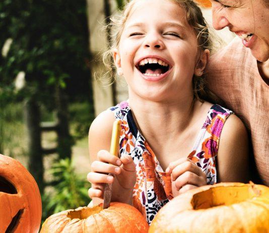 Halloween-Kürbis schnitzen mit Kindern – Anleitung und Ideen