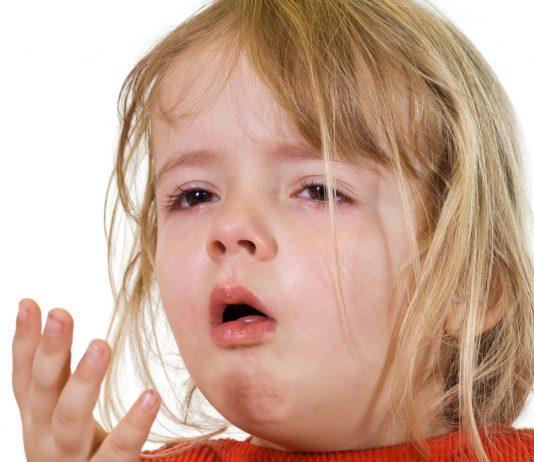 Dein Kind hat sich verschluckt und droht zu ersticken? – So kannst du sein Leben retten: