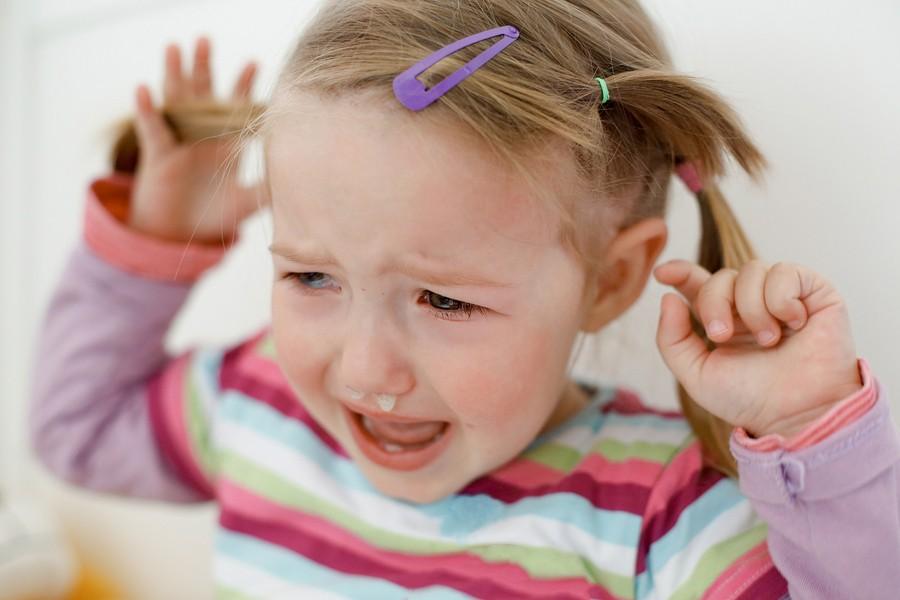 Wütende Kinder: Mädchen weint