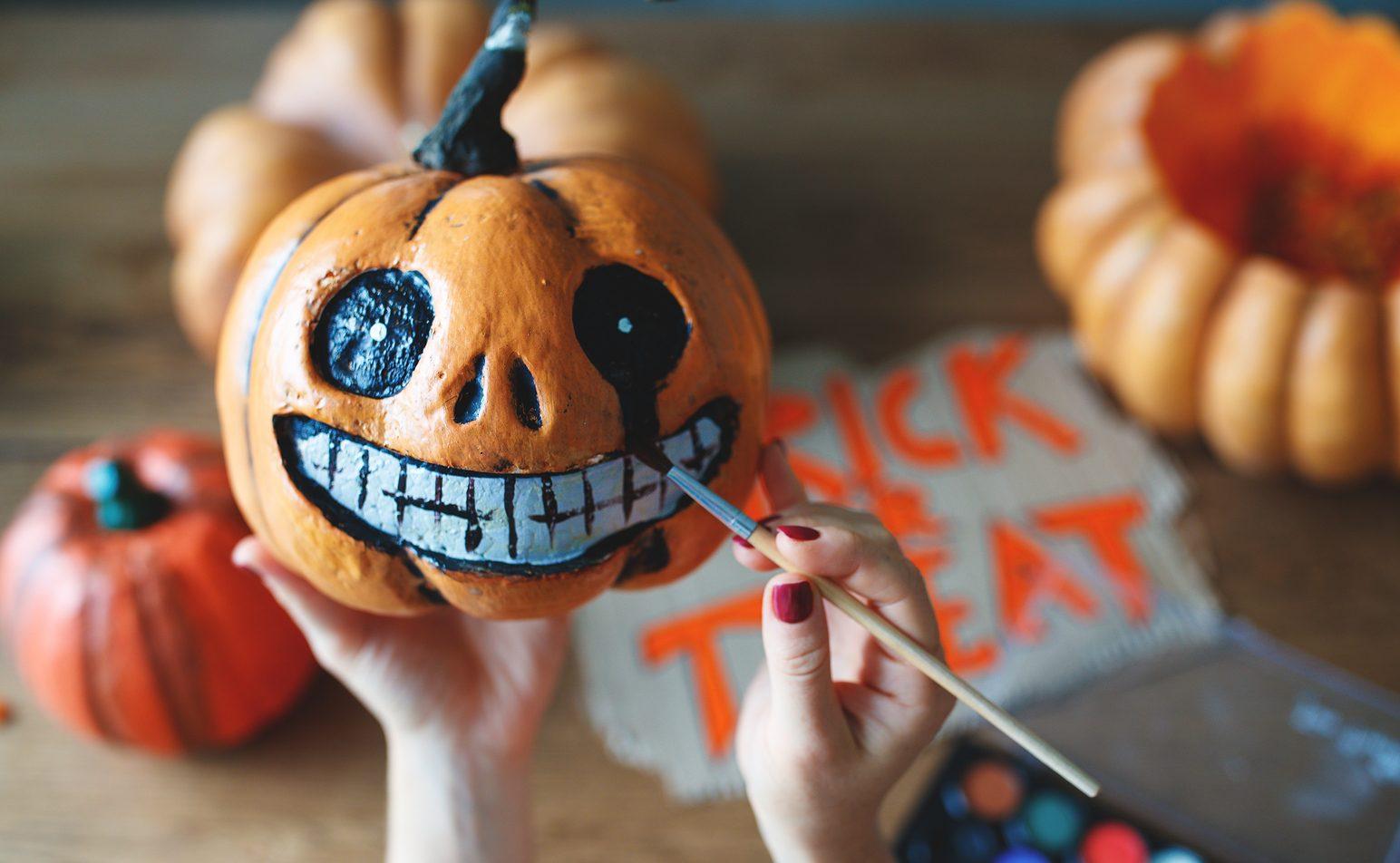 Herbst mit Kindern: Halloween-Kürbis bemalen