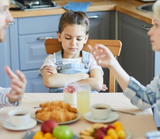 Unterschiedliche Erziehungsstile: Eltern streiten am Esstisch