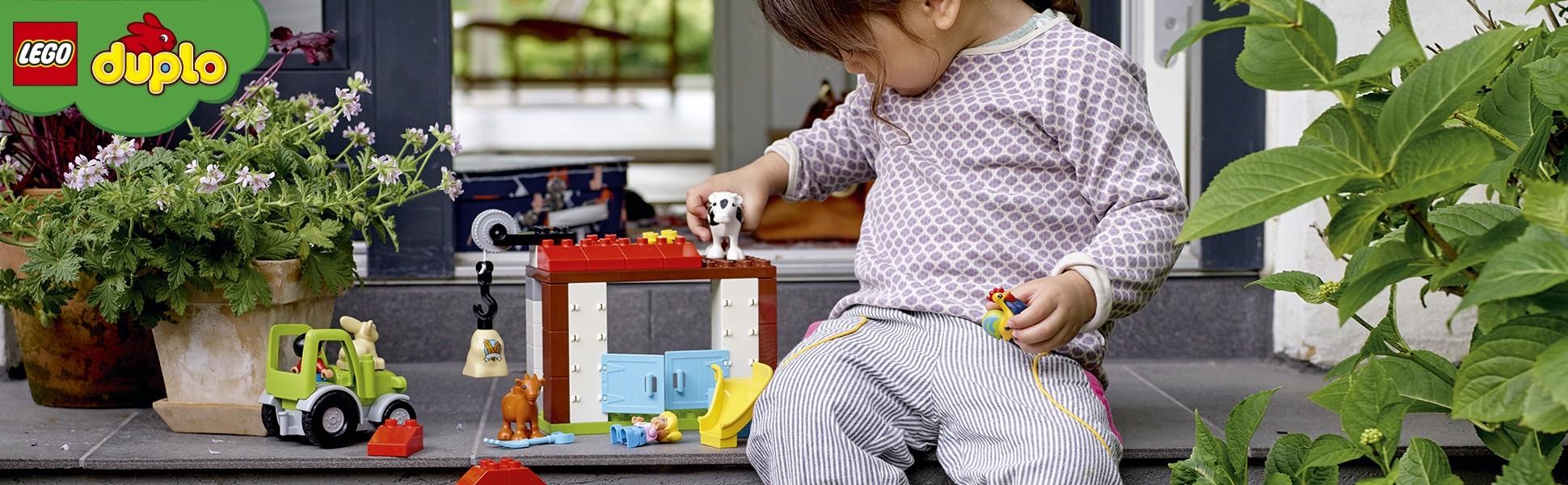 Kind spielt mit Duplo