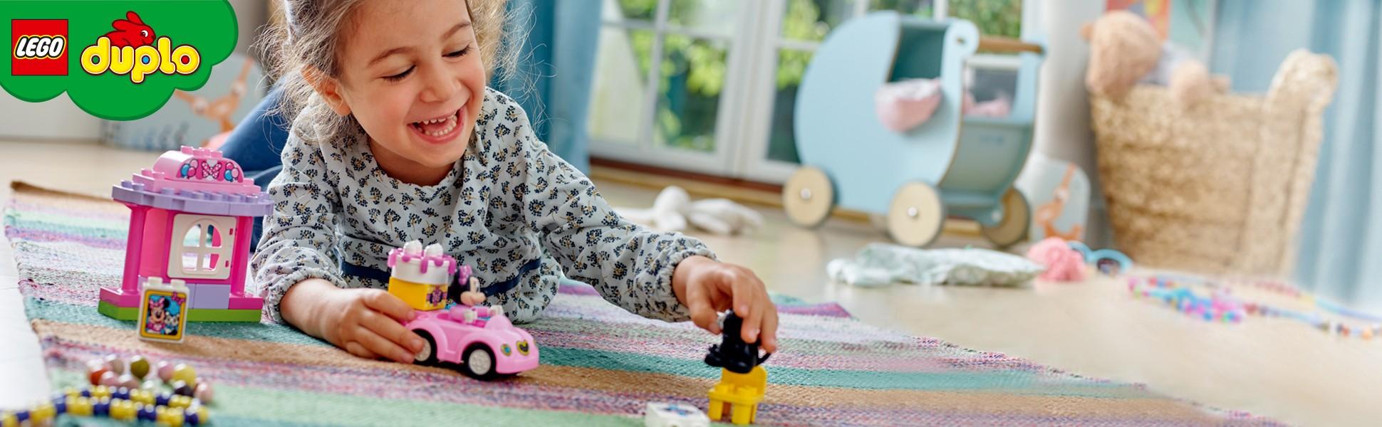Mädchen spielt mit Duplo
