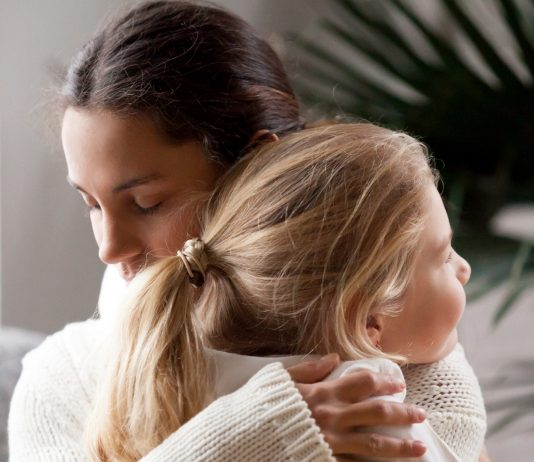 Mama und Tochter nehmen sich in den Arm
