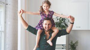 Kinder sind bei Vätern oft wilder: Papa trägt seine Tochter auf den Schultern