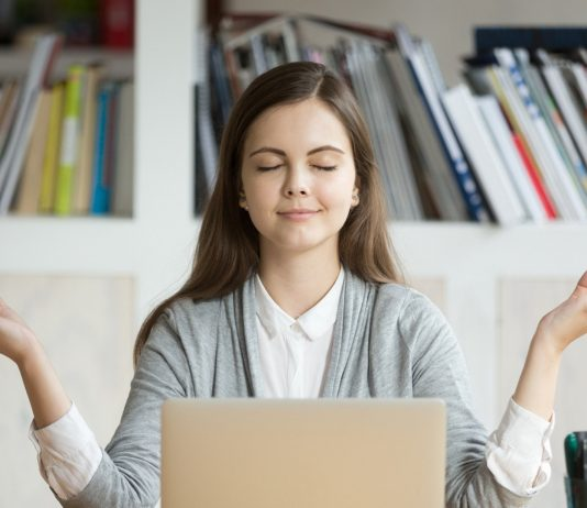 Frau ist entspannt vor dem Laptop