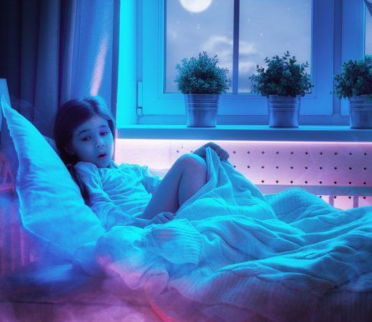 Kind Angst im Dunkeln was tun: Mädchen ängstlich im Bett