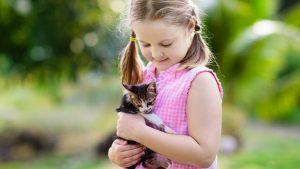 Mädchen mit Babykatze auf dem Arm