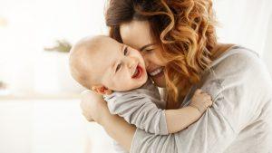 Mutter kuschelt mit ihrem Sohn
