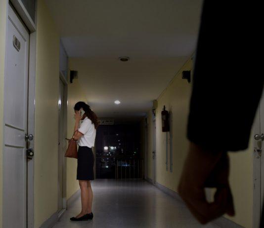 Frau wird Nachts von einem Mann verfolgt
