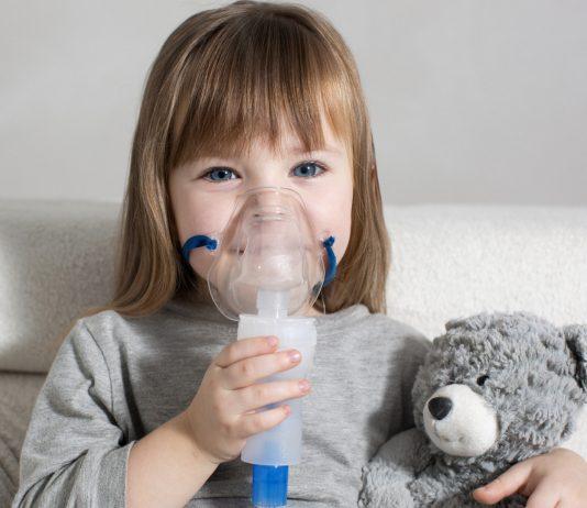 Angst Inhalieren Tipps: Mädchen mit Inhalator