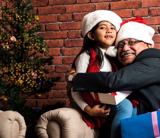 Kinder zur Umarmung zwingen: Opa und Tochter an Weihnachten