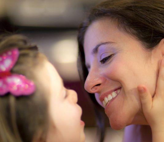 Mama und Tochter kuscheln zusammen