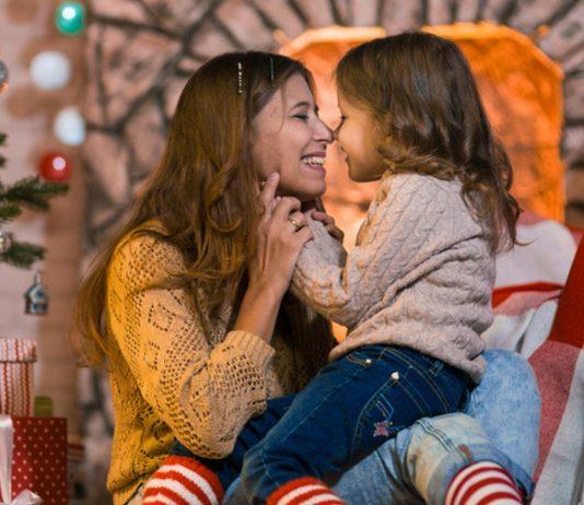 Mutter mit Tochter an Weihnachten