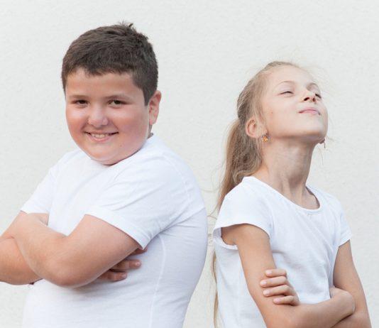 Kräftiger Junge und dünnes Mädchen