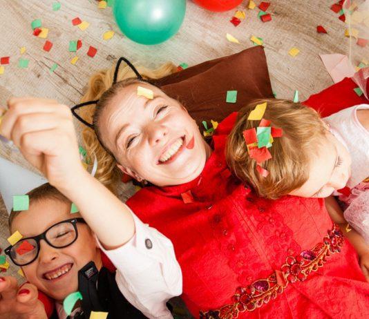 Silvester mit Kindern feiern: Familie mit Konfetti