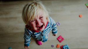 Kleinkinder mit Moro-Effekt schreien häufig