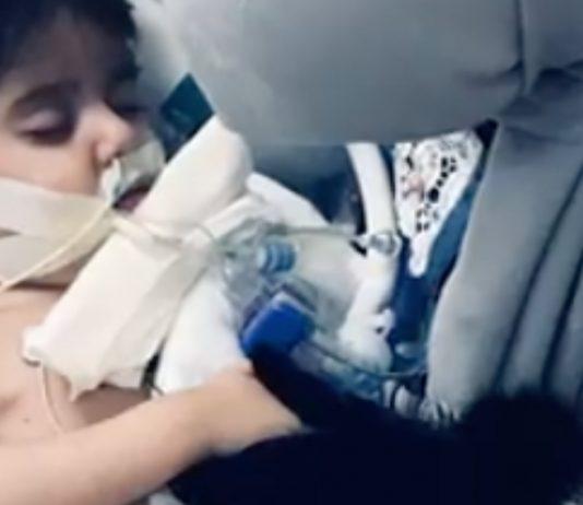 Todkranker Junge bleibt am Leben, bis er seine Mama ein letztes Mal sieht