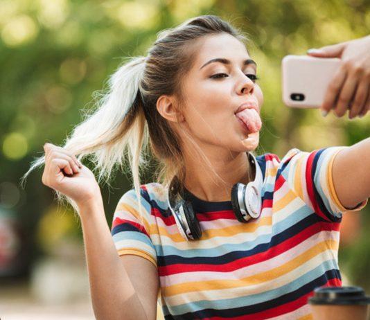 Auch Eltern gehen mit der Zeit: Mama kontrolliert Tochter mit Selfie-Trick