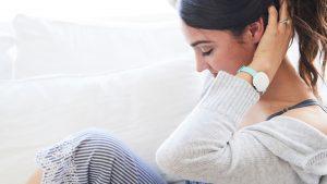 Frau mit Ava Armband am Handgelenk
