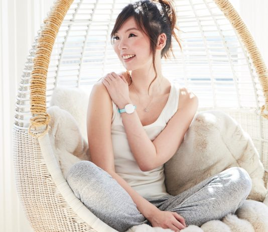 Frau mit Ava Armband