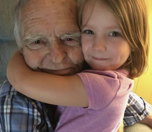 Opa mit Enkeltochter