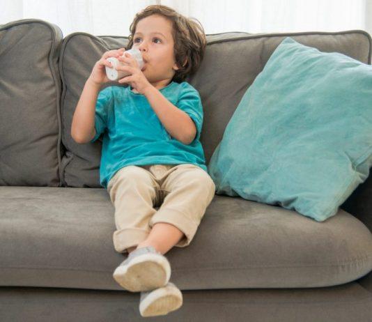 Junge benutzt Inhaliergerät