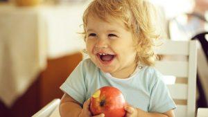 Kleinkind isst Apfel