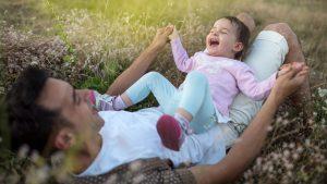 Papa und Tochter toben: Kinder sind bei Vätern oft wilder