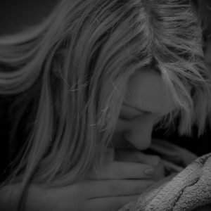Sternenkindfoto, auf dem eine Mutter ihr Baby kuesst