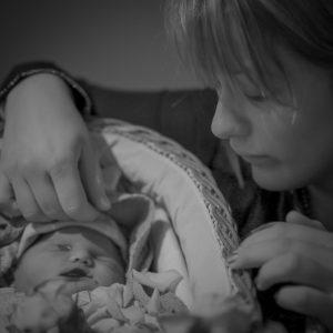Sternenkindfoto: Mutter mit ihrem Baby, das gestorben ist
