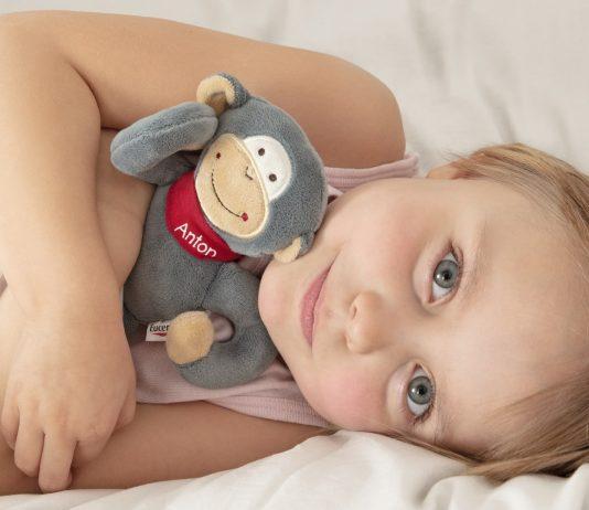 Kind mit Affe Anton von Eucerin