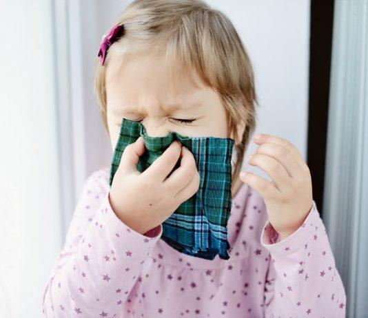 Kindern Naseputzen beibringen: Mädchen schnaubt aus