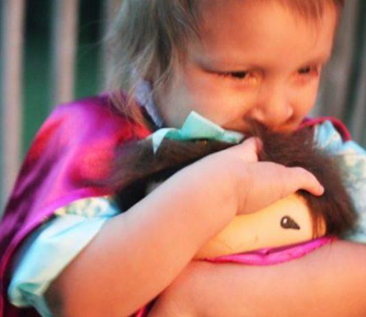 Kind spielt mit Puppe