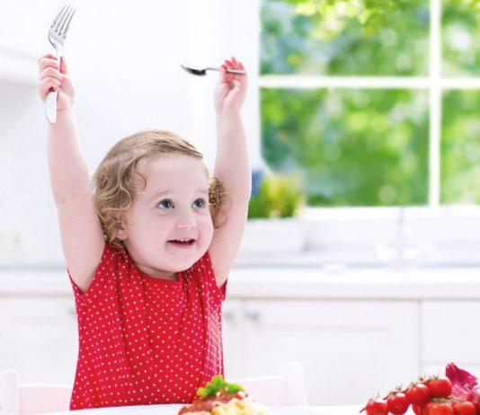 Kind freut sich auf das Essen