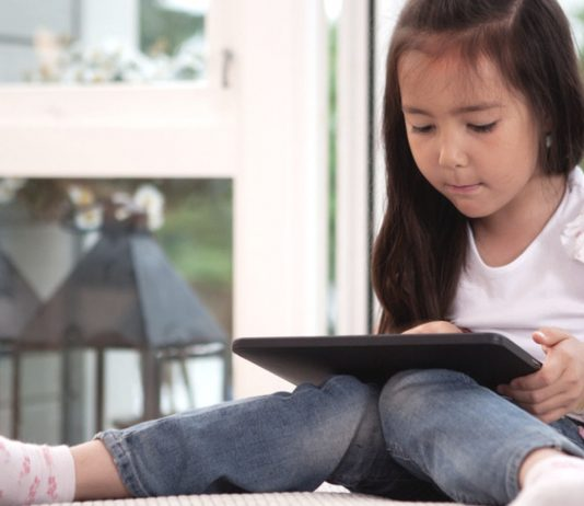 Mädchen schaut Youtube Kids