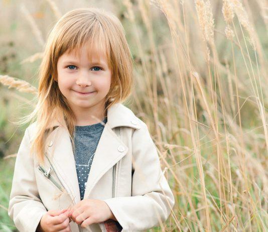 Glückliches Kind im Kornfeld
