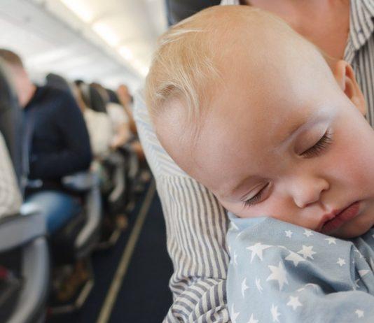 Baby schläft im Flugzeug