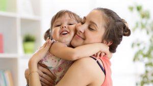Mama und Tochter kuscheln