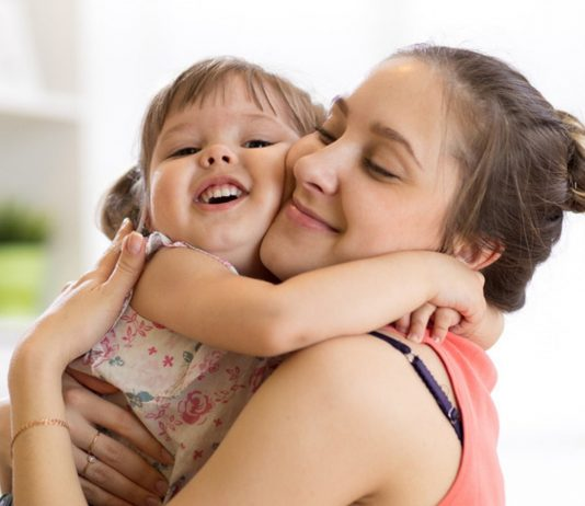 Mama und Tochter kuscheln nach der Kita